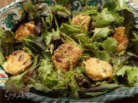 Салат с козьим сыром, панированным в кунжуте