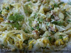 Салат из макарон с копченой рыбой и фенхелем