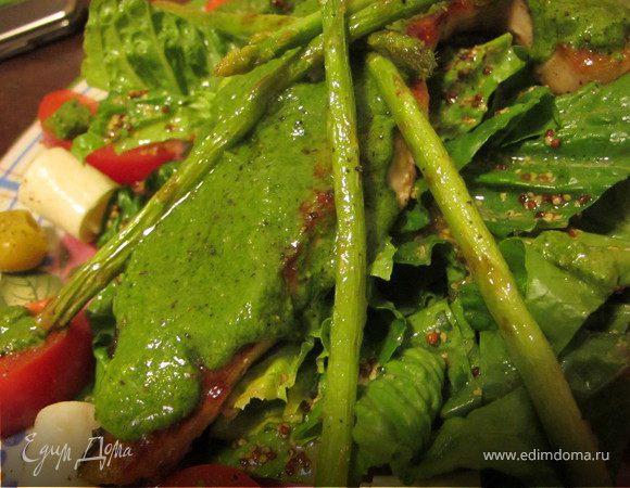 Салат с теплой семгой, легким песто, спаржей и сырными лепешками