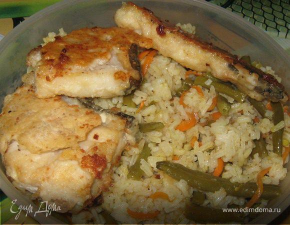 Жареная морская рыба с рисом и овощами