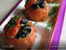 Горячая закуска из фаршированных маслинами помидор
