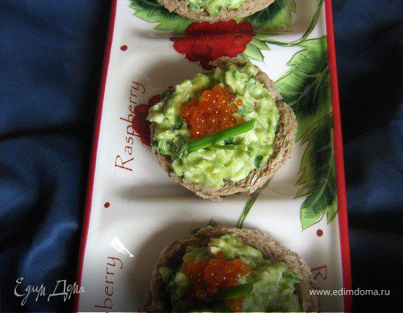 Хлебные тарталетки с авокадно-яичным салатом