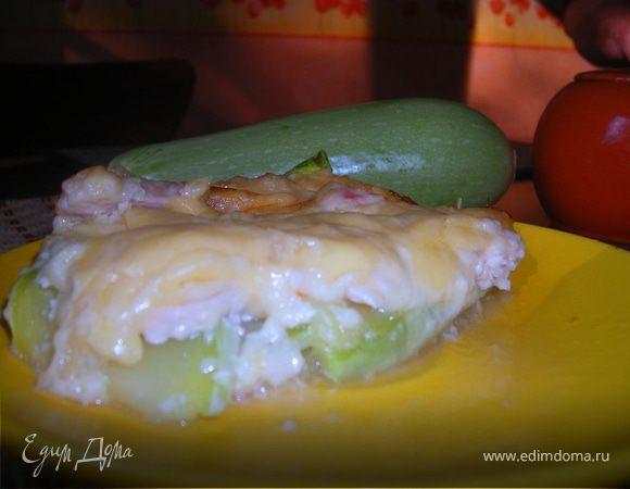 Курица на кабачковой подушке под соусом бешамель с сулугуни