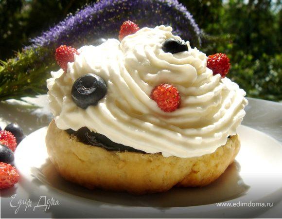 Пирожное с черничным киселём,земляникой и сливками