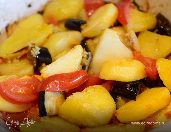 Картофель запеченный с баклажанами помидорами и чесноком