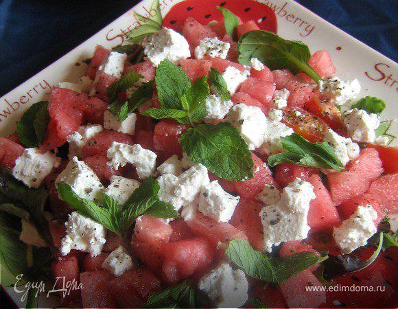 Летний салат с арбузом,черри,брынзой и мятой