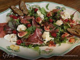 Салат с инжиром, моцареллой и пармской ветчиной