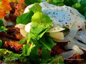 Кебабы с фисташками на лаваше с салатом, на углях