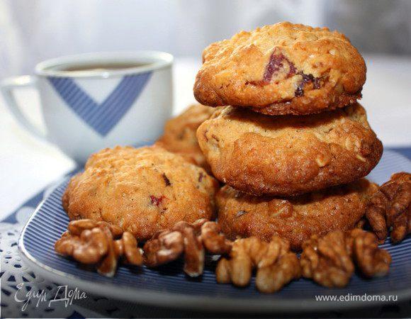 Овсяное печенье с вяленой клубникой и грецкими орехами
