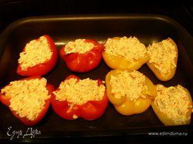 Перец, фаршированный крабовым мясом с сыром и сметаной