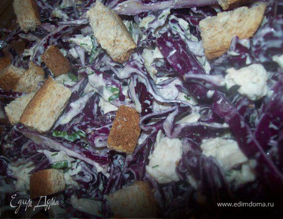 Салат из краснокочанной капусты с курицей, чесноком и грецкими орехами