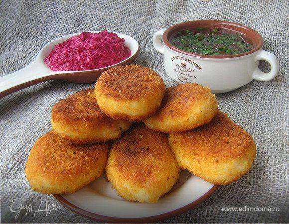 Картофельные пирожки с брынзой и свекольно-сметанным соусом