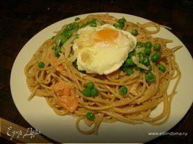Спагетти с копченым лососем, яйцами-пашот и зеленым горошком