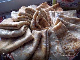 блины пшенично-ржаные с грушевым вареньем и орехами