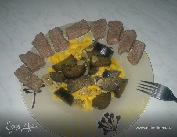 Яичные макароны бантики с чесночным баклажаном и мраморной говядиной.