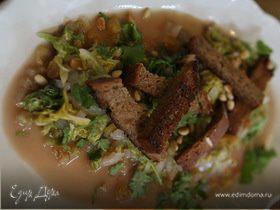 Китайская капуста с изюмом и кедровыми орешками
