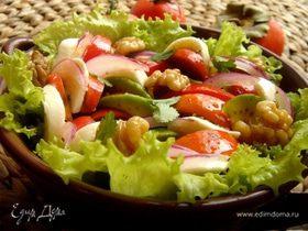 Салат овощной с хурмой