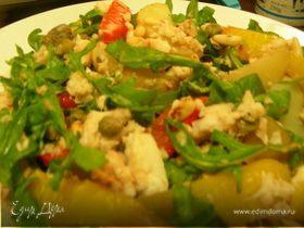 Салат с рыбой, овощами, кедровыми орешками и руколой