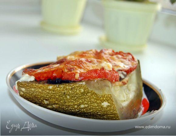 Фаршированный кабачок мясным фаршем с грибным соусом, с помидорами под сыром