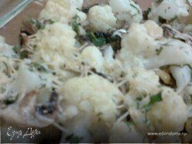 Цветная капуста, запеченная с грибами и оливками