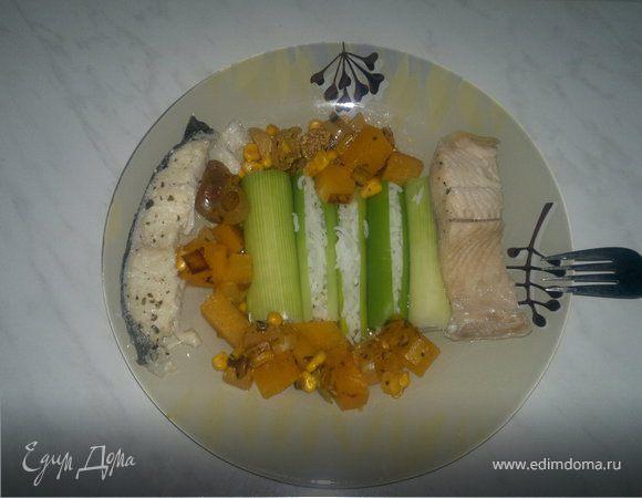 Трубочки из лука порей с рисом, остро-сладкий овощной чатни и два вида отварной рыбы