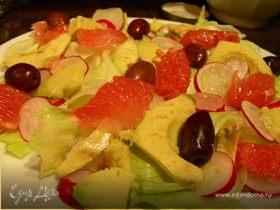 Легкий салат из грейпфрута, авокадо, редиса и оливок
