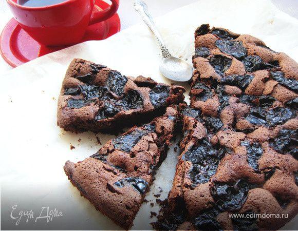 Шоколадный пирог с черносливом и бренди.