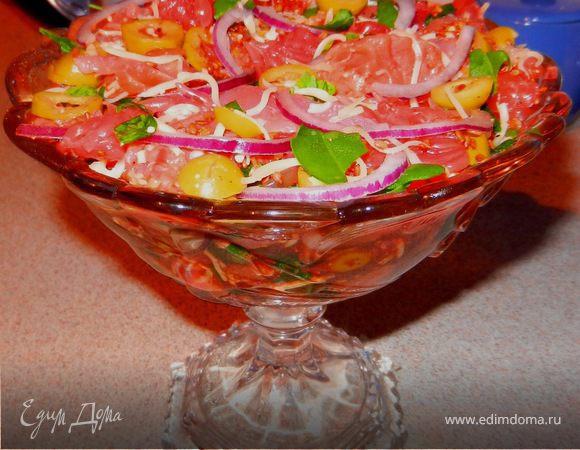 Освежающий салат с подкопченой семгой, грейпфрутом и оливками
