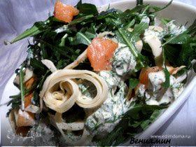Салат с копченой семгой, авокадо и блинчиками