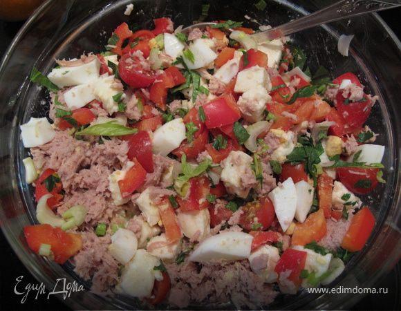 Салат с тунцом, моцареллой, черри, сельдереем и прочими полезностями