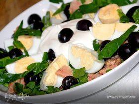 Салат с тунцом,яйцом,шпинатом и оливками