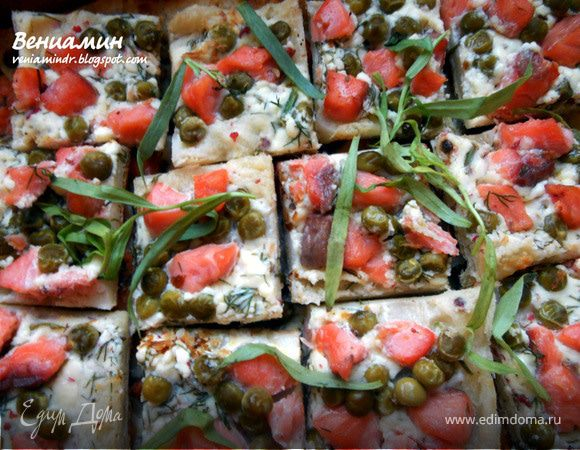 Слоеные тарталетки с копченым лососем, маскарпоне и горошком