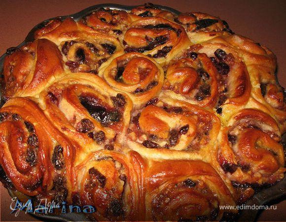 Пирог розочки со сливовым вареньем, сухофруктами и орехами