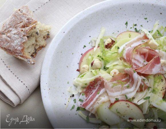 Салат с яблоками, фенхелем и свиной грудинкой