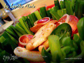 Салат с фасолью и курицей в луковой корзинке