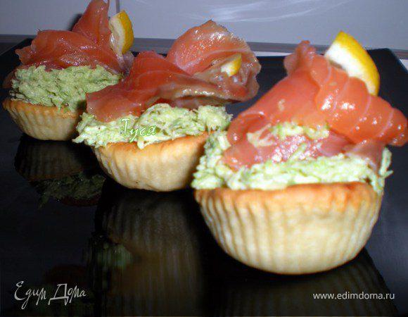 Закусочные тарталетки с рыбой и авокадо
