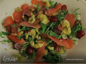 Салат с копченой семгой, виноградом и домашним майонезом