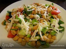 Легкий салат из нута с овощами и травами