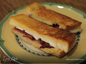 Мини-сэндвичи с ветчиной, вялеными помидорами и сыром