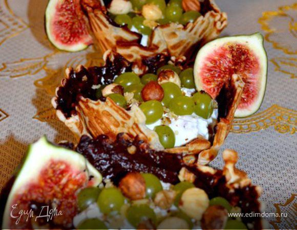 Корзиночки с виноградом и инжиром