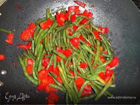 Обжаренная стручковая фасоль с красным болгарским перцем