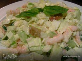Салат из капусты, креветок и яблок