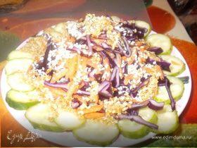 Салат из красной капусты и огурца с кунжутной заправкой