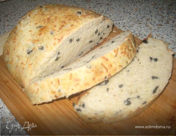 Хлеб с маслинами, сыром и чесноком