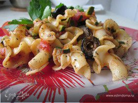 Итальянская паста с овощами и черными маслинами