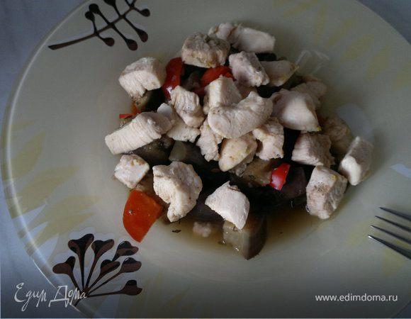 Восточные овощное рагу и мясо птицы в восточных специях