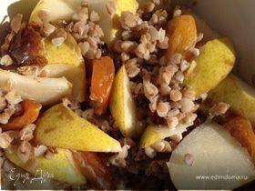Салат из гречи с грушами, абрикосами и финиками