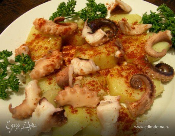 Осьминог по-испански с паприкой, солью и оливковым маслом
