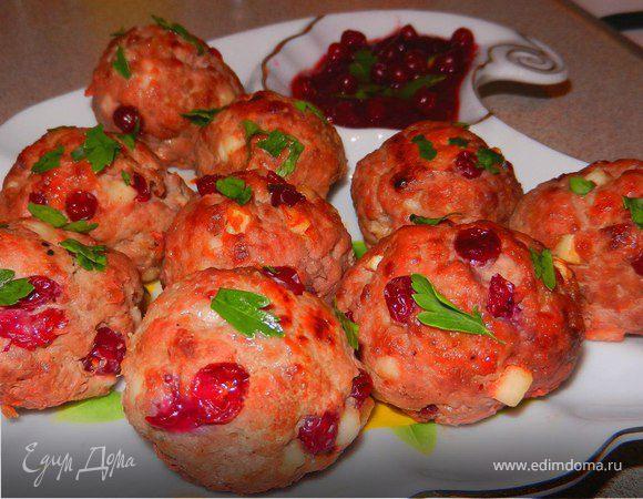 Мясные шарики с брусникой и сыром