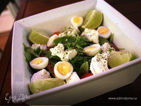 Салат с тунцом, перепелиными яйцами и черри